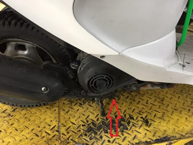 レッツ4とアドレスV50は同じ場所です。車体の右側、マフラーの下を覗き込むと見えてきます。
